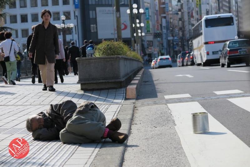 Truth of Japanese dirty reality under beautiful Sakura cherry blossom (7)