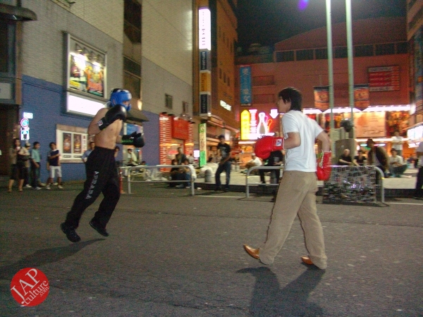 Exciting real street fight show at dangerous town, Kabukicho (39)