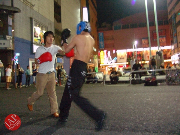 Exciting real street fight show at dangerous town, Kabukicho (38)