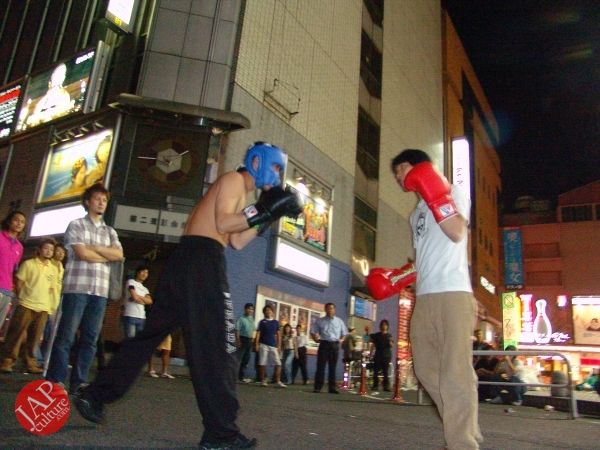 Exciting real street fight show at dangerous town, Kabukicho (36)