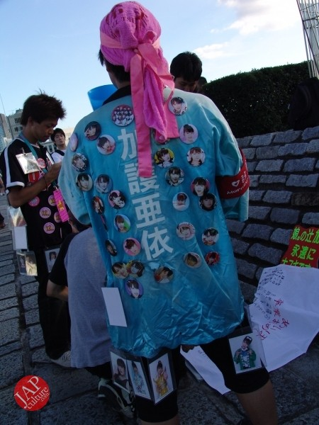 Otaku wearing Tokkoufuku scare people with mental disordering fearfulness. (28)