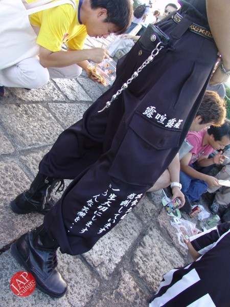 Otaku wearing Tokkoufuku scare people with mental disordering fearfulness. (25)