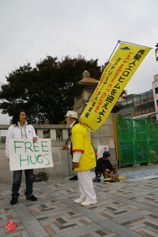 Free hugs struggle in Japan vol.2 Religion makes use of Free hugs? with Raelian flag. (3)