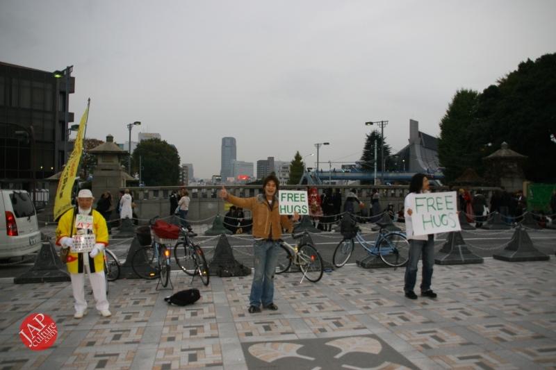 Free hugs struggle in Japan vol.2 Religion makes use of Free hugs? with Raelian flag. (2)
