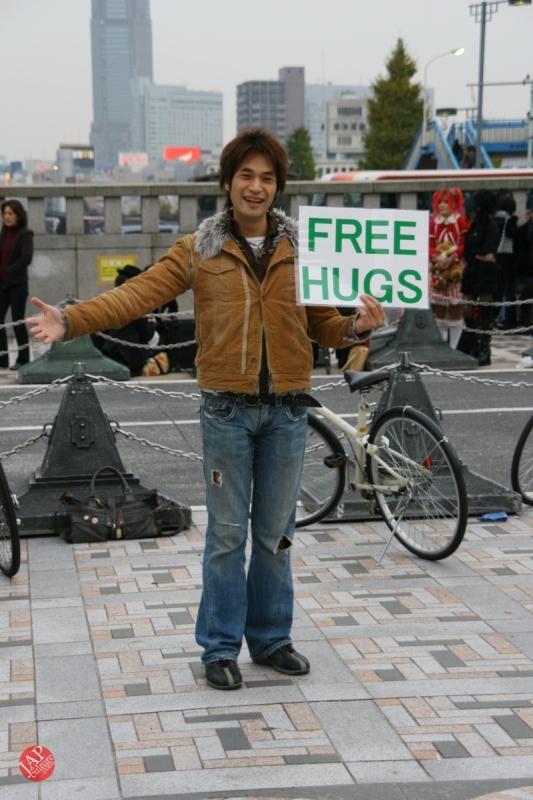 Free hugs struggle in Japan vol.2 Religion makes use of Free hugs? with Raelian flag. (1)