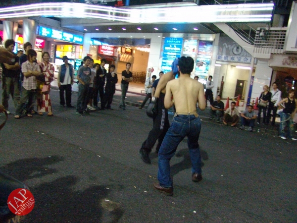 Exciting real street fight show at dangerous town, Kabukicho (26)