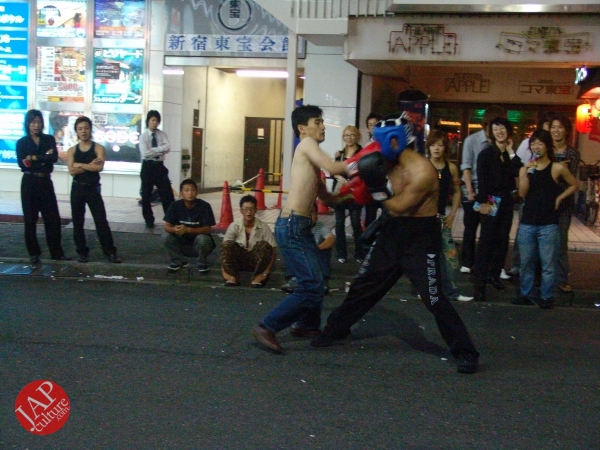 Exciting real street fight show at dangerous town, Kabukicho (25)
