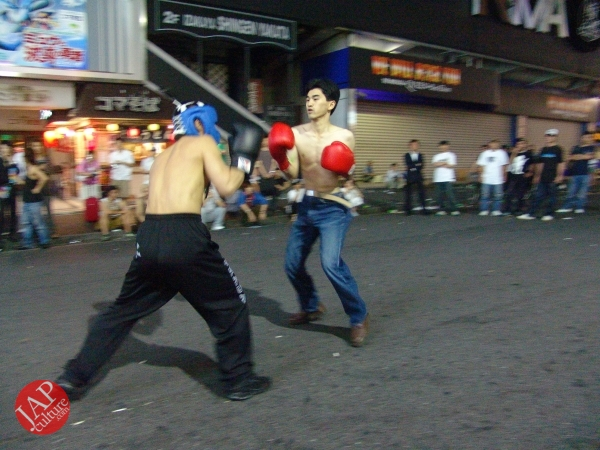 Exciting real street fight show at dangerous town, Kabukicho (24)