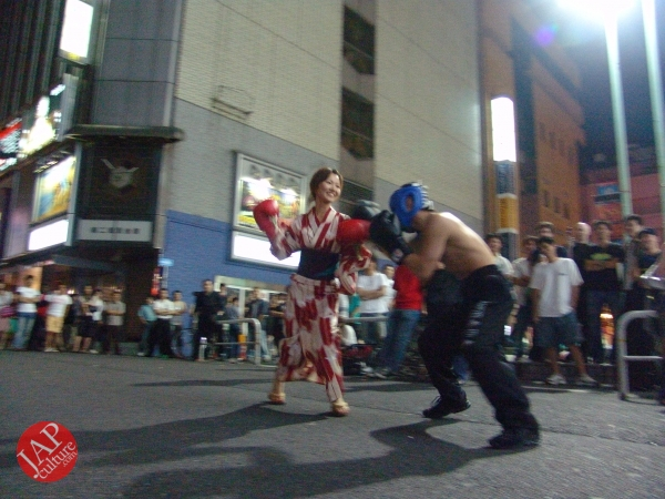 Exciting real street fight show at dangerous town, Kabukicho (16)