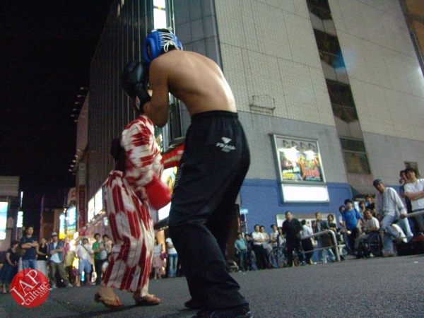 Exciting real street fight show at dangerous town, Kabukicho (14)