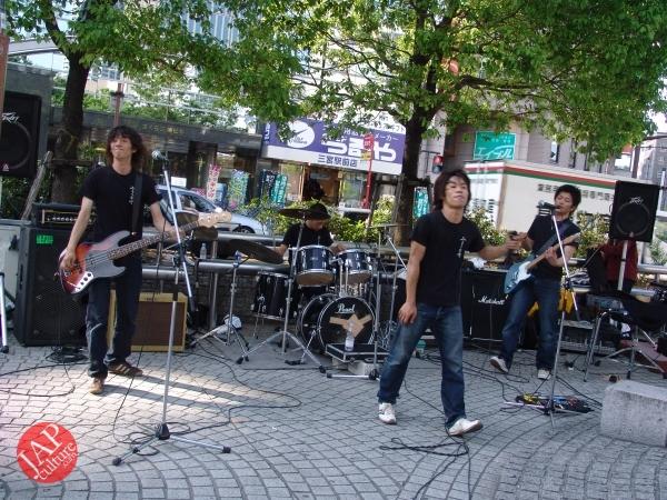 Street Rock 'n' Roll old man dancer, jump, twist Headbanging & scream (6)