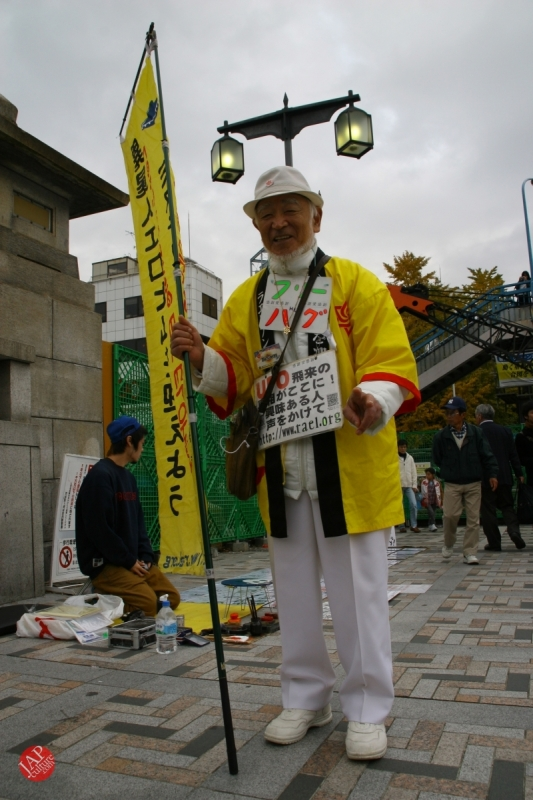 Free hugs struggle in Japan vol.2 Religion makes use of Free hugs? with Raelian flag. (7)