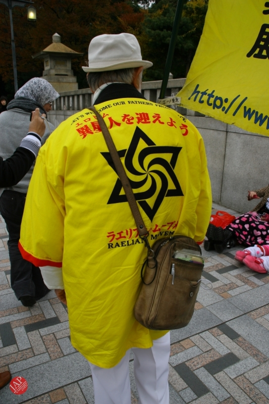 Free hugs struggle in Japan vol.2 Religion makes use of Free hugs? with Raelian flag. (6)