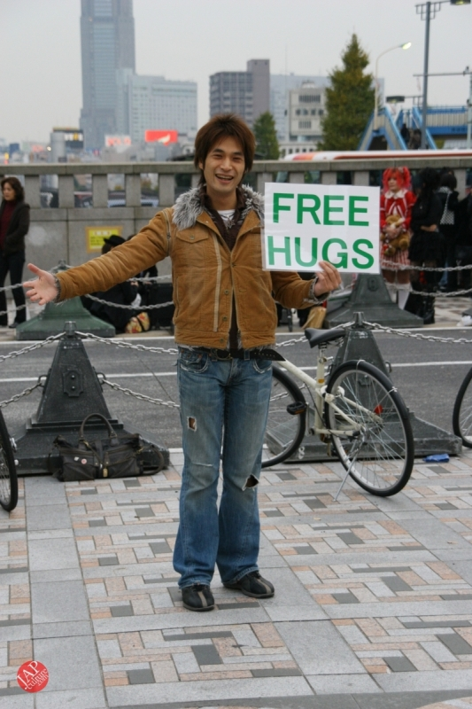 Free hugs struggle in Japan vol.2 Religion makes use of Free hugs? with Raelian flag. (1)