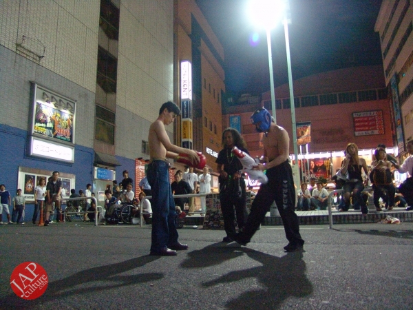 Exciting real street fight show at dangerous town, Kabukicho (30)