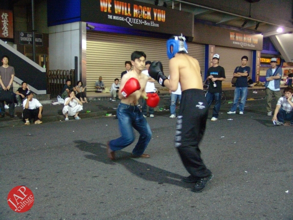 Exciting real street fight show at dangerous town, Kabukicho (28)